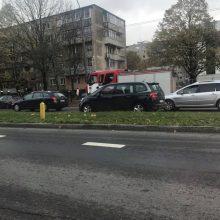 """Po BMW ir """"Volkswagen"""" susidūrimo pastarasis rėžėsi į medį"""