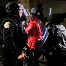 Filadelfijoje policijai nušovus juodaodį, antrą naktį vyko protestai ir riaušės