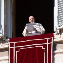 Popiežius smerkia protestus prieš kaukių dėvėjimą
