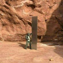 Paslaptingas obeliskas JAV dykumoje teikia peno neįtikimoms teorijoms