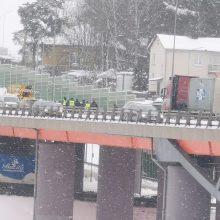 Snygis sostinės vairuotojams kiša koją: eismą sutrikdė masinė avarija