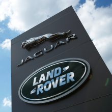 """""""Jaguar Land Rover"""" atleis 2 000 darbuotojų visame pasaulyje"""