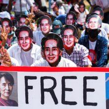 Mianmaro nušalinta lyderė stojo prieš teismą po kruvino protestų malšinimo
