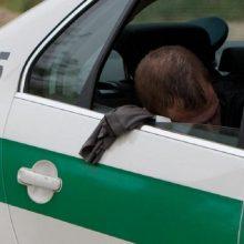 Kelyje Vilnius-Klaipėda nuo kelio nuvažiavo automobilis, nukentėjo sunkiai girtas keleivis