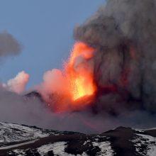 Etnos ugnikalnis Sicilijoje vėl spjaudėsi lava