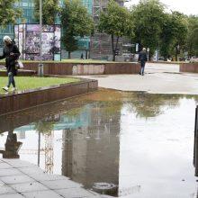 Klaipėdoje lietus vėl tapo iššūkiu: patvinusios gatvės priminė plaukimo takus