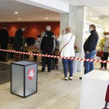 Seimo rinkimų pradžia: balsuoja ir keistuoliai, politikai prie balsadėžių nesiveržia