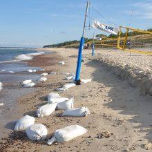 Vaizdas paplūdimyje šokiruoja: po pramogų krante – šiukšlių ruožai jūroje