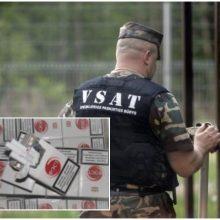 Pasieniečiai Plungėje rado ir nelegalaus alkoholio, ir kontrabandinių cigarečių