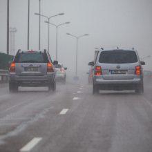 Įspėja vairuotojus: naktį eismo sąlygas sunkins plikledis ir šlapdriba