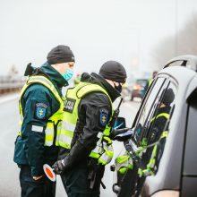 Sustabdę automobilį pareigūnai aptiko ginklų: įtariama nelegali medžioklė