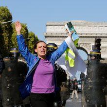 Paryžiuje – vėl neramu: protestuotojus policija vaikė ašarinėmis dujomis