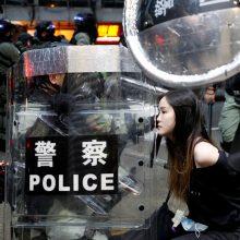Honkonge policija į protestuotojus vėl paleido ašarines dujas