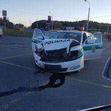 Vilniečiai nelinkę praleisti pareigūnų: sankryžoje sudaužyta policijos škoda