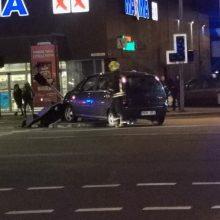"""Vilniuje – """"Opel"""" skrydis: girtas vairuotojas nulaužė šviesoforą"""