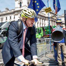 Įžūliausiu savo poelgiu britų premjeras pavadino važiavimą dviračiu šaligatviu