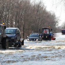 Vanduo stipriai apsėmė kelią Šilutė–Rusnė, perkeliami gyventojai ir mašinos