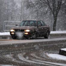 Įspėja vairuotojus: eismo sąlygas dalyje Lietuvos sunkina snygis