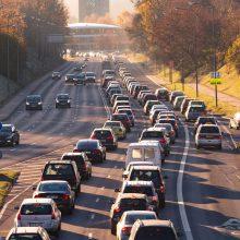 Apklausa: daugiau nei pusė gyventojų nepalaiko automobilių taršos mokesčio