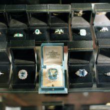 Vagys iš parduotuvės griebė juvelyrinius dirbinius: nuostoliai – tūkstantiniai