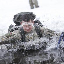 Jaunųjų karių treniruotė: tarp išbandymų – ir šuolis į ledinę eketę