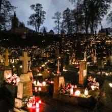 Per Vėlines kapinėse padaugėja atliekų: ragina kapus puošti saikingai