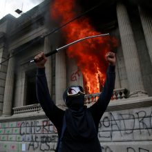Gvatemalos sostinėje protestuotojai padegė parlamento pastatą