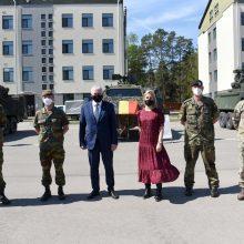 Belgijos gynybos ministrė ir kariuomenės vadas lanko savo karius Rukloje