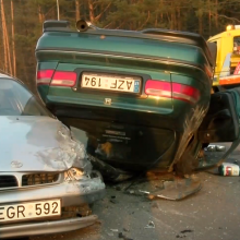 Vilniuje – avarija kaip filme: skraiduolis su honda vertėsi ant stogo