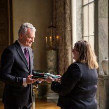 """Prezidentas Švedijos aktyvistei C. Brinck įteikė ordino """"Už nuopelnus Lietuvai"""" medalį"""