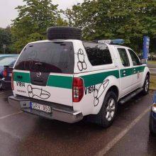 Sostinėje chuliganai nepadoriai išpaišė policijos automobilį