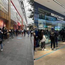 Anglijoje vėl duris atvėrus parduotuvėms – pirkėjų eilės nuo paryčių