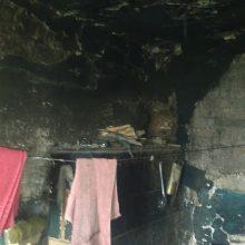 Bute užsnūdusį vyrą ugniagesiai išgelbėjo nuo žūties: krosnyje smilko skudurai ir plastikas