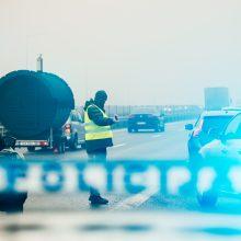Prie pervažos Vilniaus rajone naktį apvirto krovininis automobilis: eismas vis dar blokuojamas