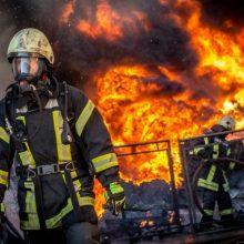 Šilutės rajone atvira liepsna degė namas: savininkas išvežtas į ligoninę