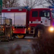 Gaisre Naujojoje Akmenėje vienas žmogus apdegė, du – apsinuodijo dūmais