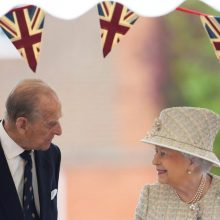 Didžiosios Britanijos karalienė ir jos sutuoktinis pasiskiepijo nuo COVID-19