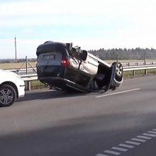 Per avariją Šiaulių rajone automobilis virto ant stogo ir čiuožė asfaltu