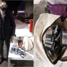 Pasieniečiai sulaikė baltarusį: nedidelį kiekį kontrabandos slėpė po agurkais