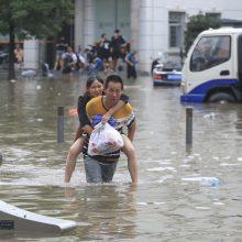 Potvynių aukų vidurio Kinijoje skaičius viršijo 300