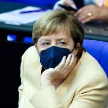 A. Merkel partijai atsiliekant apklausose, kanclerė reiškia paramą A. Laschetui