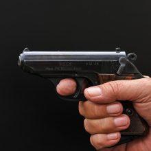 Mažeikiuose – grasinimai moteriai: buvęs vyras atsiuntė nuotrauką su ginklu rankoje