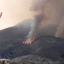 Italijos Strombolio saloje išsiveržė ugnikalnis: namų stogai padengti pelenais