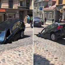 Rygoje į gatvėję atsivėrusią smegduobę įkrito du automobiliai