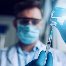 """SAM netrukus žada priimti sprendimą dėl vyresnių žmonių skiepijimo """"AstraZeneca"""" vakcina"""