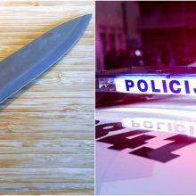 Gindamas mamą Kelmės rajone mažametis peiliu sužalojo savo tėvą