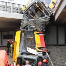 Varšuvoje nuo viaduko nulėkus autobusui žuvo žmogus, daug sužeistų