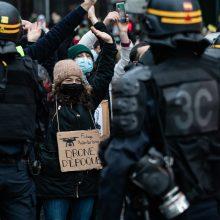 Paryžiuje per protestus prieš saugumo įstatymą suimta apie 120 žmonių
