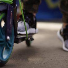 Nelaimė pėsčiųjų perėjoje: mažametė paspirtuku trenkėsi į BMW