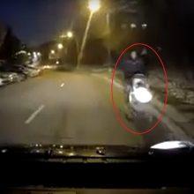 Šokiravo gatvėje užfiksuoto vyro su vežimėliu elgesys: bent vaiką pasaugotų!